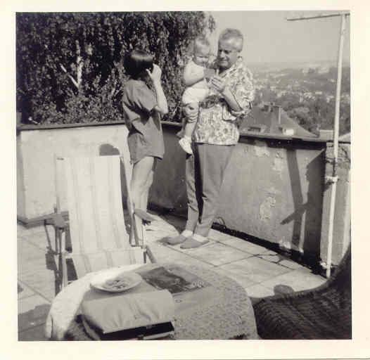 S tatínkem a nejmladší sestrou Kristou na terase bytu na Hanspaulce